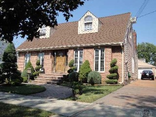 4 BR,  4.00 BTH  Colonial style home in HOWARD BEACH